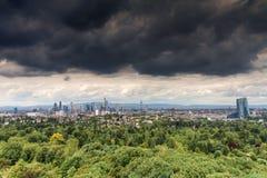 Donkere wolken over de horizon van Frankfurt Stock Foto's