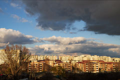 Donkere wolken over de stad Stock Foto