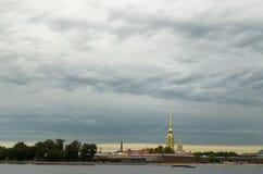 Donkere wolken over de stad Stock Afbeeldingen