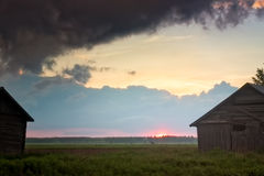 Donkere Wolken over de Zonsondergang Stock Afbeeldingen