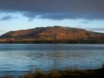 Donkere wolken over een lage berg royalty-vrije stock fotografie