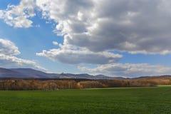 Donkere wolken over het gebied en de bomen Hemel en gebied in de lente Stock Foto
