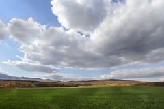 Donkere wolken over het gebied en de bomen Hemel en gebied in de lente Royalty-vrije Stock Foto