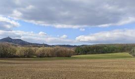 Donkere wolken over het gebied en de bomen Hemel en gebied in de lente Stock Foto's