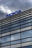 Donkere wolken over Nokia-embleem bovenop een gebouw Stock Foto's