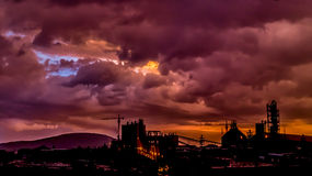 Donkere wolken over Ontzettende Dawa-Cementfabriek Stock Afbeelding