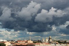 Donkere wolken over stad Stock Foto's