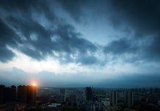 Donkere wolken van nacht. De stad Stock Fotografie