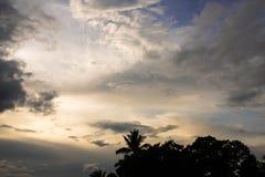 Donkere wolkenvormingen op blauwe hemel in de avond vóór zonsondergang o Royalty-vrije Stock Fotografie