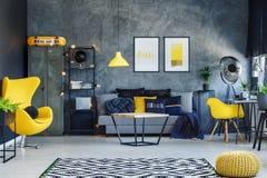 Donkere woonkamer met bank stock foto