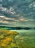 Donkere Zonsondergang bij Reservoir Stock Foto's