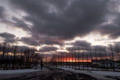 Donkere zonsondergang in de winter bij platteland Royalty-vrije Stock Foto's