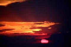 Donkere zonsondergang en roze zon Stock Foto
