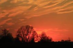 Donkere zonsondergang met karmozijnrode wolken Stock Afbeelding