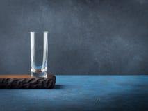 Donkere zwarte achtergrond met leeg glas op houten raad Stock Afbeelding