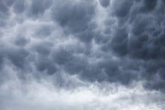 Donkergrijze stormachtige bewolkte hemelachtergrond Stock Fotografie