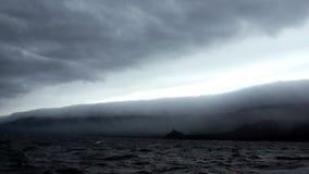 Donkergrijze wolken in hemel en zwarte golven tijdens een onweer op Meer Baikal stock video