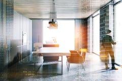 Donkergrijze zolderkeuken met een kooktoestel, mens Stock Fotografie