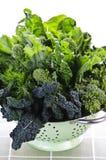 Donkergroene bladgroenten in vergiet Royalty-vrije Stock Foto's