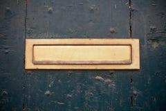 Donkergroene deur met de brievenbus van de brievengroef Stock Foto's
