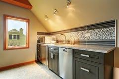 Donkergroene keukenkasten met achterplonsversiering Royalty-vrije Stock Foto's