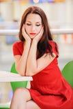 Donkerharige in rode kleding Royalty-vrije Stock Foto's