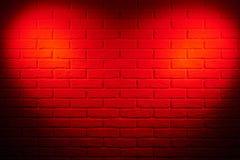 Donkerrode bakstenen muur met het lichteffect van de hartvorm en schaduw, ab Royalty-vrije Stock Afbeeldingen