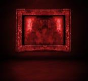 Donkerrode bloedige muur met kader en vloerbinnenland Stock Foto's