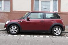 Donkerrode of kastanjebruine Mini Cooper-auto Stock Foto