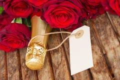 donkerrode rozen met hals van champagne Royalty-vrije Stock Foto's