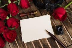 Donkerrode rozen op lijst Stock Afbeeldingen