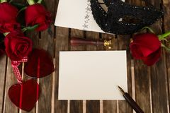 Donkerrode rozen op lijst Royalty-vrije Stock Foto