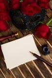 Donkerrode rozen op lijst Stock Foto's
