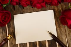 Donkerrode rozen op lijst Royalty-vrije Stock Afbeeldingen