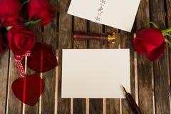 Donkerrode rozen op lijst Royalty-vrije Stock Afbeelding