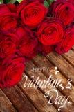 Donkerrode rozen op lijst Royalty-vrije Stock Fotografie