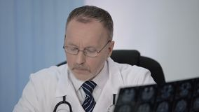 Données d'écriture de neurochirurgien d'IRM après chirurgie pour la comparaison avec précédent banque de vidéos