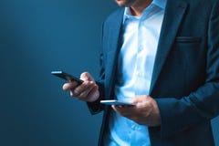 Données de synchronisation et de support à deux téléphones portables images libres de droits