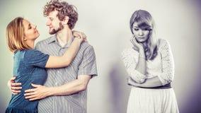 Donna abbandonata con le coppie innamorate Fotografia Stock Libera da Diritti