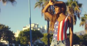 Donna abbastanza africana in abbigliamento casuale di estate Immagini Stock