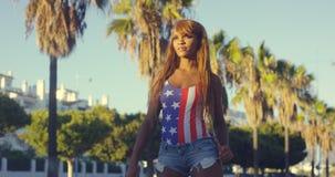 Donna abbastanza africana in abbigliamento casuale di estate Fotografia Stock Libera da Diritti