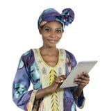 Donna abbastanza africana con il PC della compressa Fotografie Stock