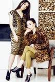 Donna abbastanza alla moda in vestito da modo con il togethe della stampa del leopardo Fotografia Stock