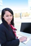 Donna abbastanza asiatica con il computer portatile Fotografia Stock Libera da Diritti