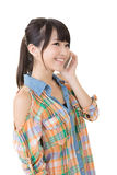 Donna abbastanza asiatica dei giovani che parla dal telefono cellulare Immagine Stock Libera da Diritti