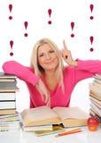 Donna abbastanza astuta dei giovani con i lotti dei libri Fotografie Stock
