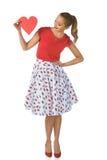 Donna abbastanza bionda che giudica cuore di carta rosso retro Fotografia Stock