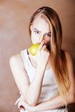 Donna abbastanza bionda dei giovani con sorridere allegro felice della mela verde Immagine Stock Libera da Diritti