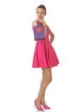 Donna abbastanza bionda nella borsa rosa del regalo della tenuta del vestito Immagine Stock Libera da Diritti