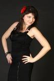 Donna abbastanza castana in vestito nero Fotografie Stock Libere da Diritti